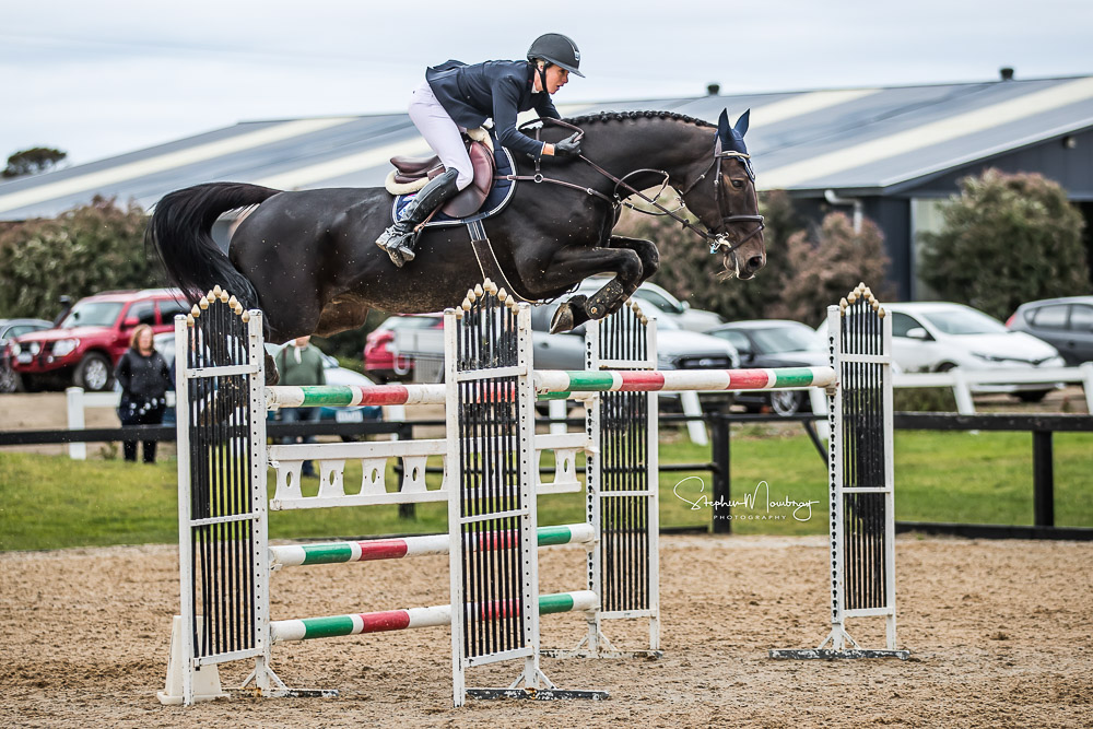 AJ920627-Olivia Hamood and 'Alan 111 Z' secure second place going doble clear in a time of 46.16 secs